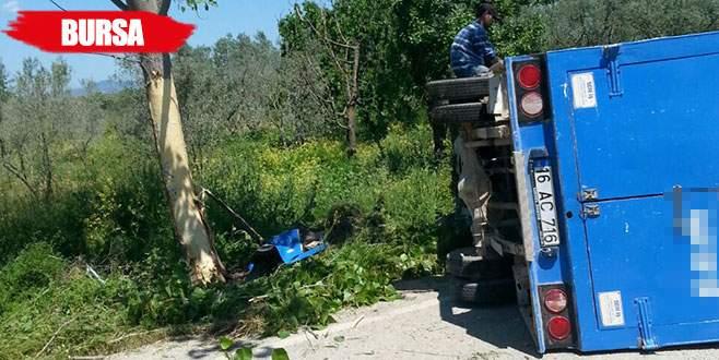 Hatalı sollama yapan kargo aracı düz yolda yan yattı