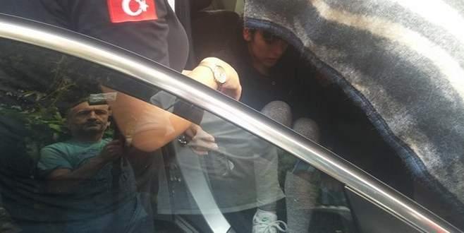 Genç kız lüks otomobilde mahsur kaldı