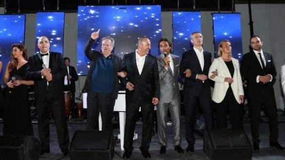 NATO toplantısında 'barışın şarkısı' sürprizi