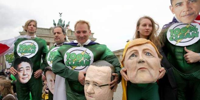 G-7 liderlerine 'süper kahraman' protestosu