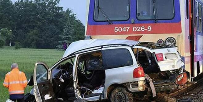 Tren otomobile çarptı: 5 ölü, 3 yaralı