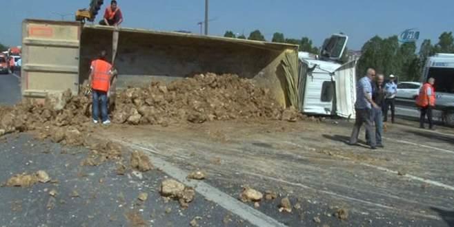 Devrilen kamyon trafiği felç etti