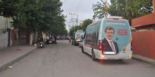 Seçim minibüsüne ateş açıldı