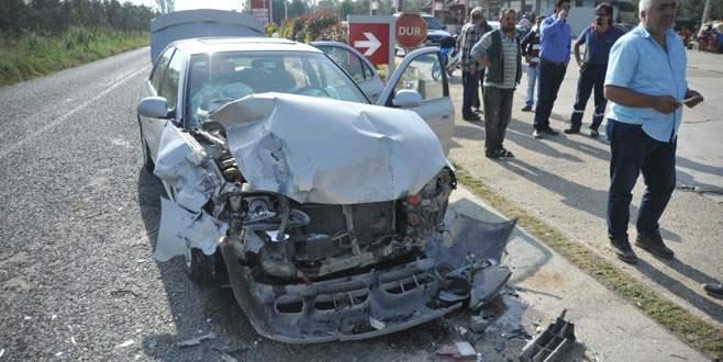 Bursa'da işçileri taşıyan kamyonet, otomobille çarpıştı