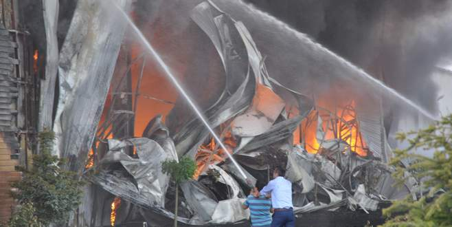 Bursa'da mobilya fabrikasında yangın!