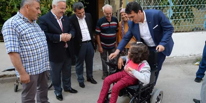 Başkan Dündar'dan engelli genç kıza akülü araba