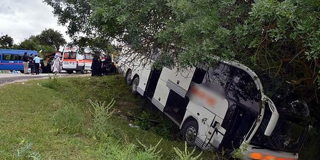 Yolcu otobüsü şarampole devrildi: 40 yaralı