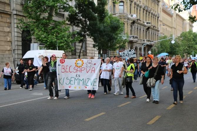 Budapeşte'de Binlerce Sosyal Hizmetler Çalışanı Parlamento Önünde Hükümeti Protesto Etti