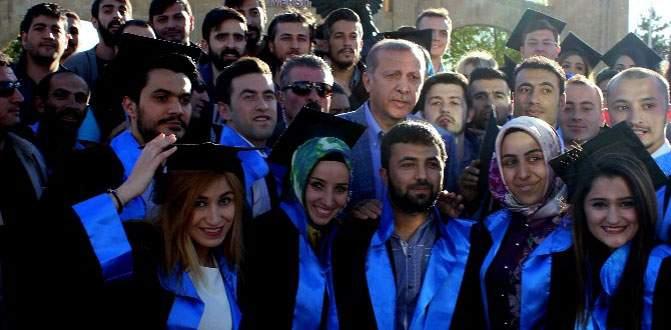 Erdoğan mezuniyet fotoğrafı çektiren öğrencileri yalnız bırakmadı
