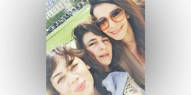 Üç genç kız Paris'te