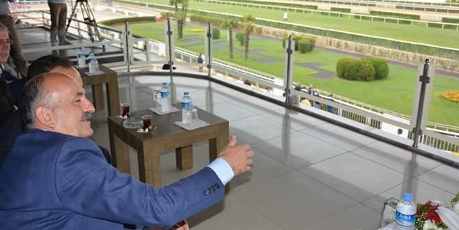 Sağlık Bakanı'nın at yarışı heyecanı