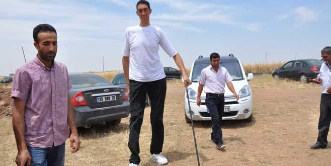 Dünyanın en uzun adamı oyunu kullandı