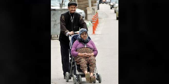 40 yıllık hayat arkadaşını bebek arabasıyla sandığa taşıdı
