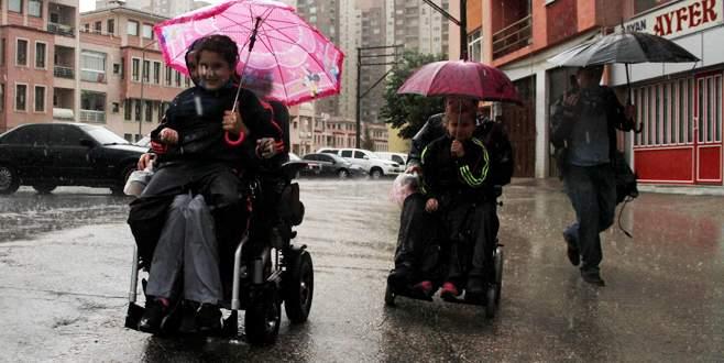 Oy kullanmaya giden engelli çift yağmura yakalandı