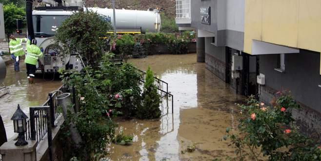 Bursa'da apartmanı su bastı!