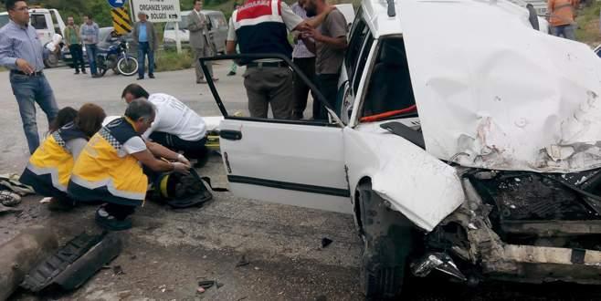 Vinç ile otomobil çarpıştı: 1'i ağır 2 yaralı