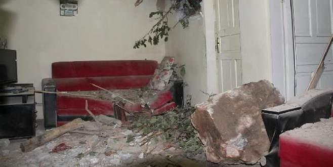 İki evin üzerine kaya parçaları düştü