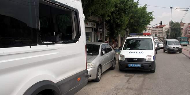 Bursa'da polis aracına taşlı saldırı!