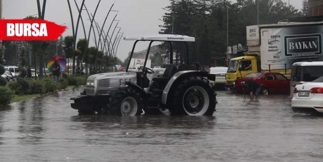 Şiddetli yağış o ilçeyi göle çevirdi