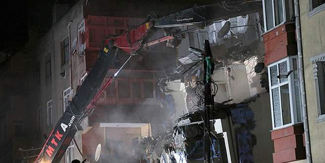 Yan yatan binanın yıkımına başlandı