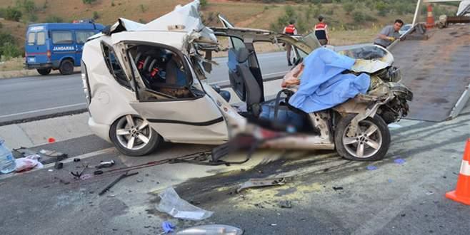 Otomobil kamyona arkadan çarptı: 1'i bebek 3 ölü