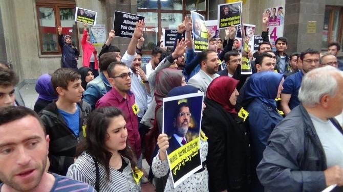 """Afyonkarahisarlı AK Gençler """"Mursi"""" Hakkındaki İdam Kararını Protesto Etti"""