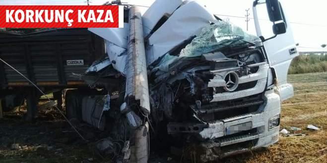 Bursa'da cam taşıyan TIR direğe çarptı: 1 ölü