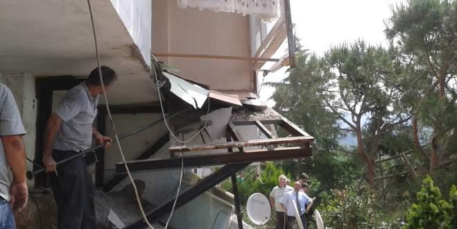 Bursa'da kaçak balkon yıkıldı
