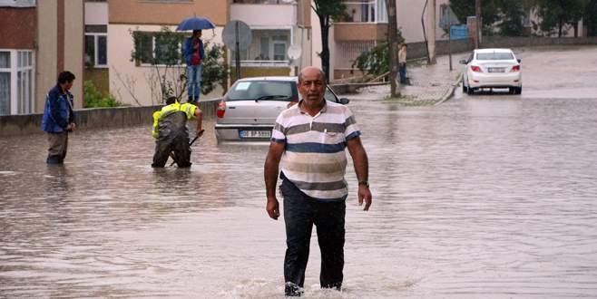 Yolları ve evleri su bastı