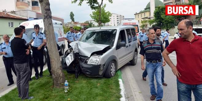 Polis otosu çocuğa çarpmamak isterken ağaca çarptı