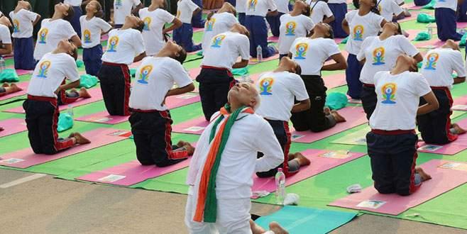 Başbakan'dan 35 bin kişiyle yoga