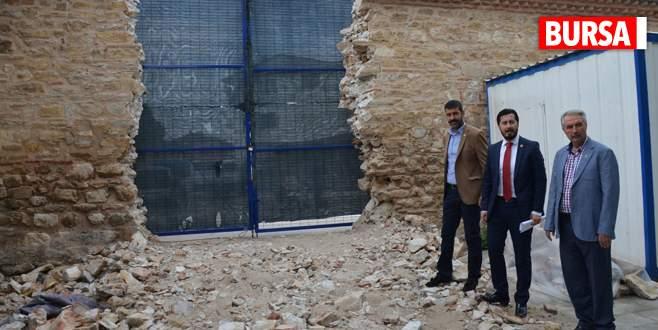 Külliye duvarının yıkımı tartışma yarattı