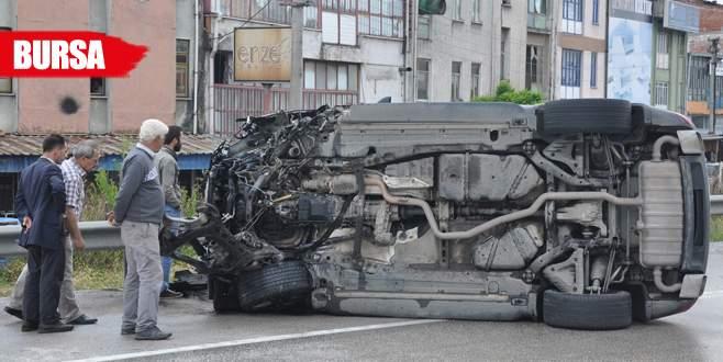 Lüks araçla köprüye çarptı, kazayı yara almadan atlattı