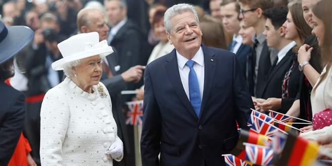 Kraliçe Elizabeth'e Almanya'da resmi tören