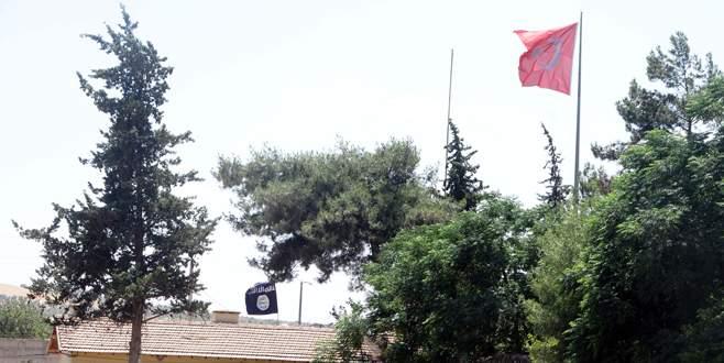 Türk bayrağı ile IŞİD bayrağı yan yana
