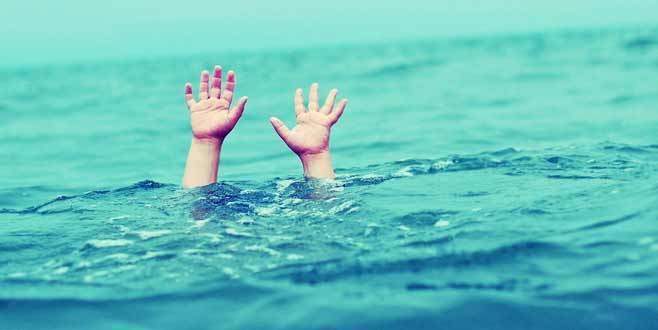 Denizde yüzen genç son anda ölümden kurtarıldı!