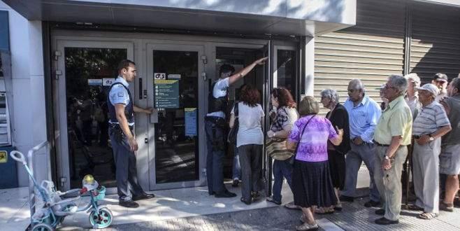 Yunanistan'da emekliler banka kuyruğunda