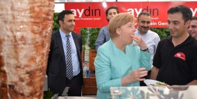 Merkel döneri görünce yine dayanamadı