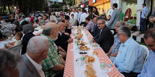 Vali Karaloğlu sokak iftarına katıldı