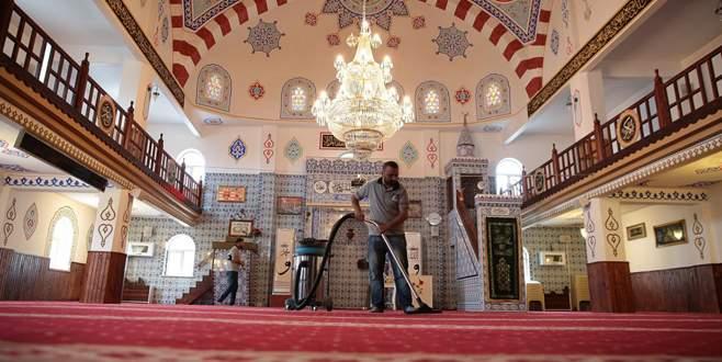Camilerin halıları yıkatıldı