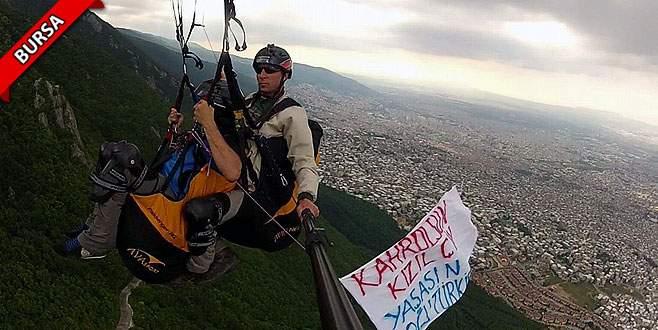 Çin'e bir protesto da 800 metre yükseklikte geldi
