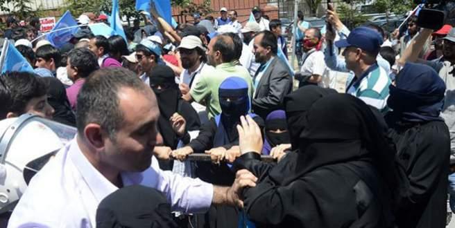Doğu Türkistanlılara biber gazlı müdahale!