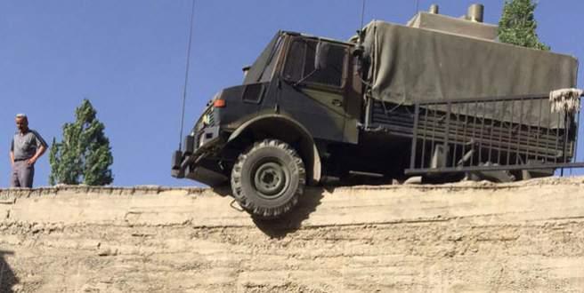 Askeri araç binanın istinat duvarının üzerinde askıda kaldı