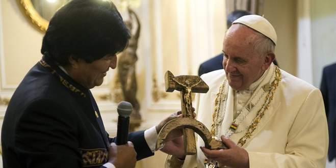 Papa üstünü burada değiştirdi
