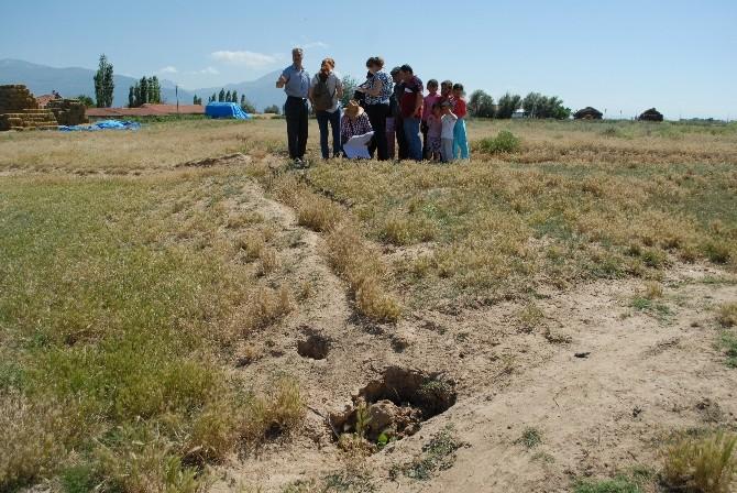 Bolvadin'de Toprakta Oluşan Dev Yarıkların Nedeni Araştırılmaya Başlandı