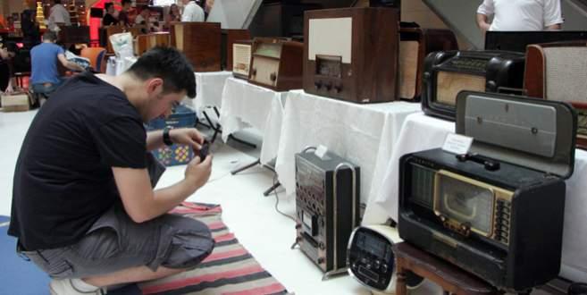 Bursa'da şarkılar 100 yıllık radyolardan çıkıyor