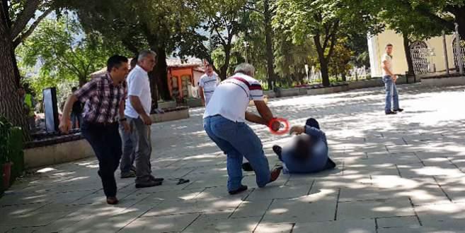 Oğlunu yaralayanı herkesin önünde vurdu