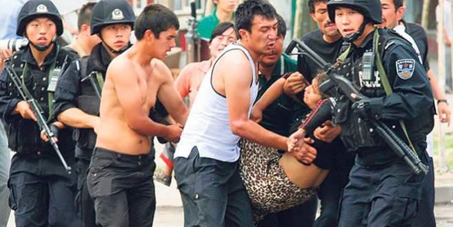Çin'de 3 Uygur öldürdü