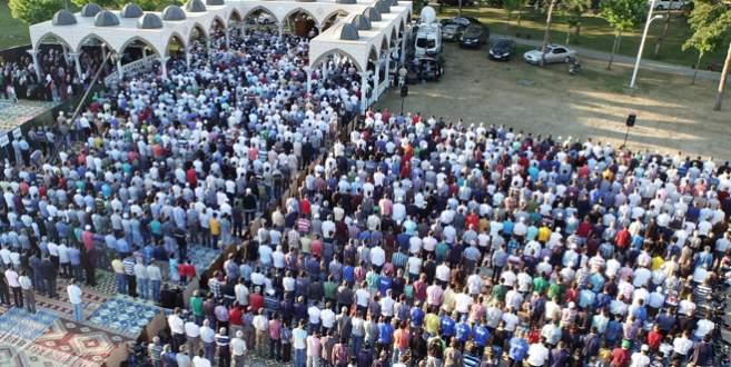 Bursa'da açık havada bayram namazı