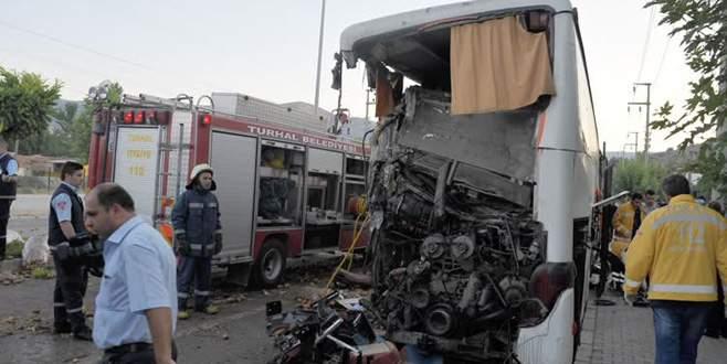 Kamyon, yolcu otobüsüne çarptı: 13 yaralı